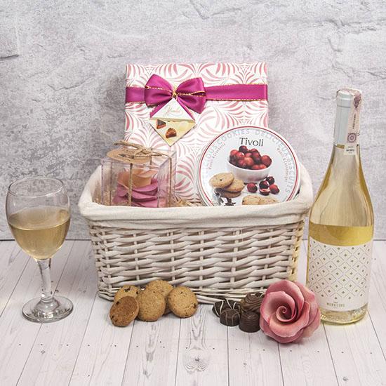 kosz dla mamy, prezent dla mamy, wino marfi, czekoladki hamlet