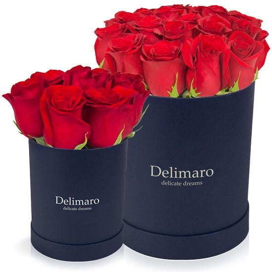Czerwone róże w granatowym pudełku, kwiaty w granatowym pudełku