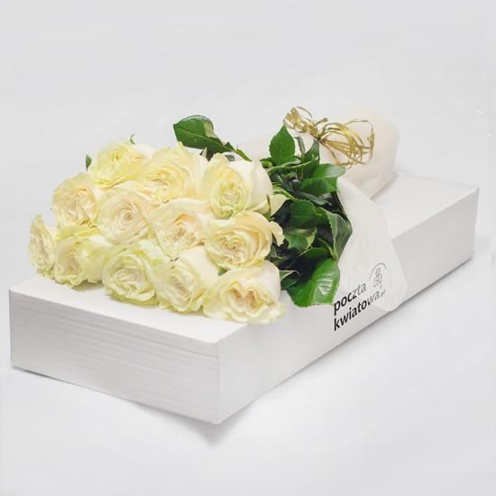 12 białych róż w kartonie
