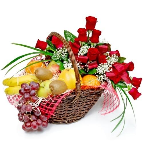 kosz gratulacyjny, 15 czerwonych róż, kosz wiklinowy z pałąkiem, owoce, winogrona, banany, kiwi, jabłka, pomarańcze