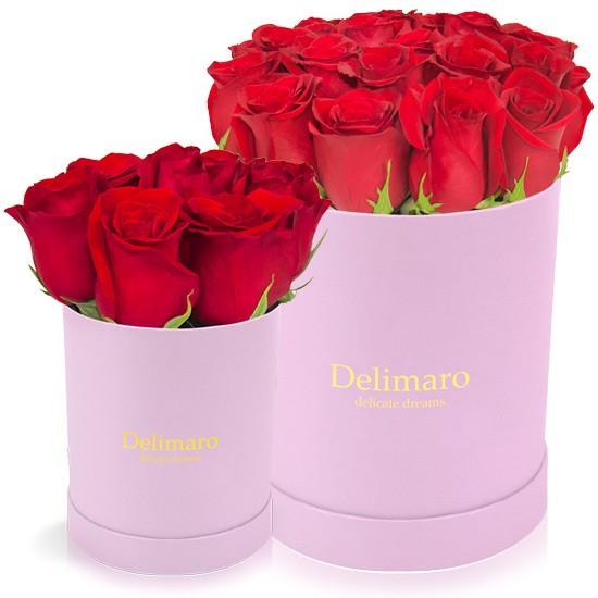 Czerwone róże w różowym pudełku, różowe okrągłe pudełko z czerwonymi kwiatami