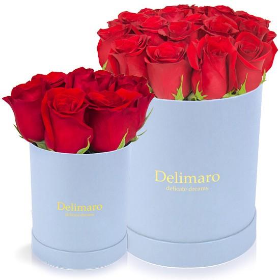 Czerwone róże w błękitnym pudełku, kwiaty w niebieskim pudełku