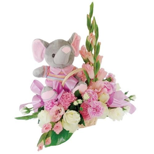 Kompozycja różowej gladioli, białych goździków, kolorowych róż w koszu, maskotka szarego słonia w różowej bluzce, Kwiaty dla dziewczynki