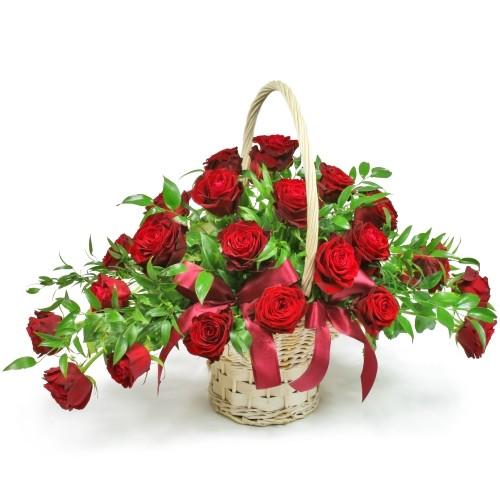 kosz dla zakochanych, bukiet miłosny, 25 czerwonych róż, kwiaty w wiklinowym koszu z pałąkiem, ruskus
