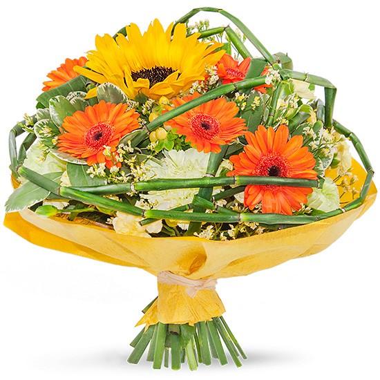 kwiaty letni uśmiech, pomarańczowo- żółty bukiet, bukiet kwiatów w kryzie opleciony zielenią dekoracyjną