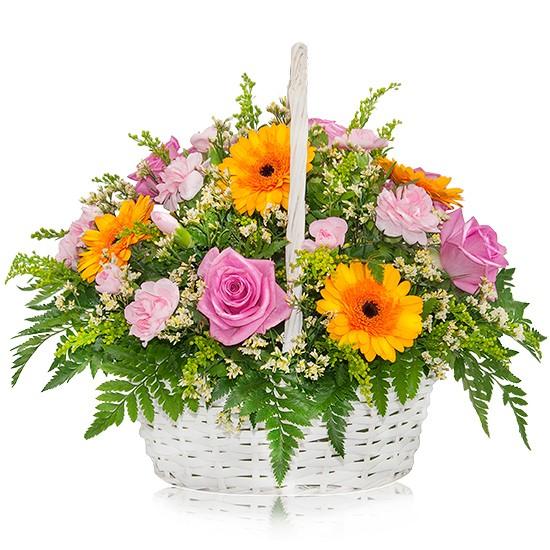kompozycja kolorowy ogród, różowe róże, gerbery, goździki w białym koszu wiklinowym