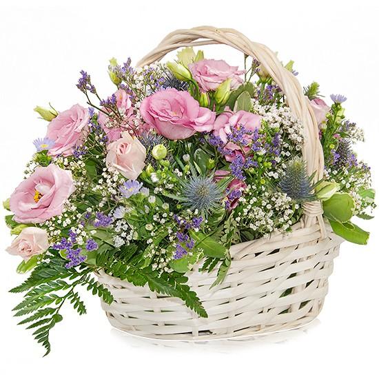 kompozycja koszyk delikatny, kosz wiklinowy biały z pałąkiem, eustomy, astry, kwiaty różowe