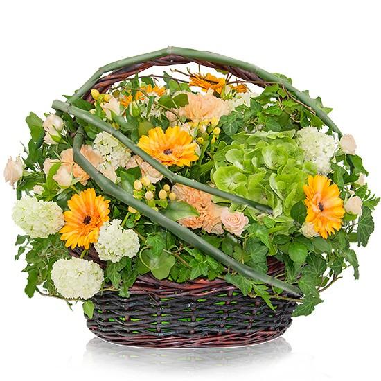 kompozycja tropikalna, kompozycja kwiatów w koszu wiklinowym, kosz z pałąkiem, kompozycja zielono-pomarańczowa, róże gałązkowe, goździki