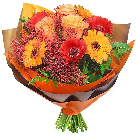 bukiet bursztyn, czerwono pomarańczowy bukiet z gerber, róż, gipsówki i zieleni dekoracyjnej, bukiet owinięty w papier ozdobny