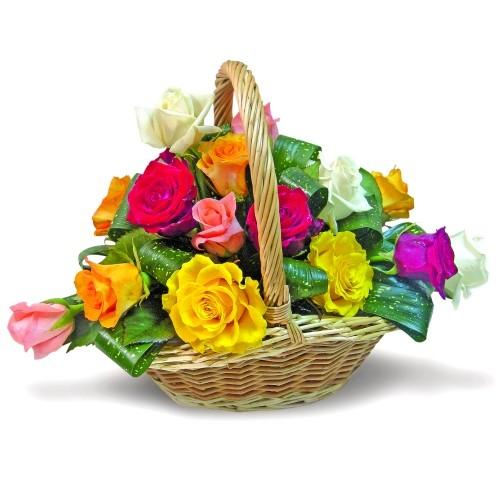 kwiaty rajski ogród, kolorowe róże z liśćmi w wiklinowym koszyku, żółte róże, czerwone róże, białe róże