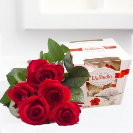 Mały Bouquet of five red roses and Raffaello candies