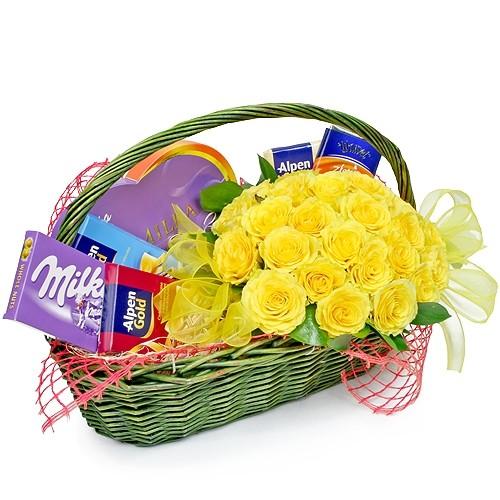 Kompozycja Dolce Vita, bukiet żółtych róż ze słodyczami, kosz słodyczy i kwiatów