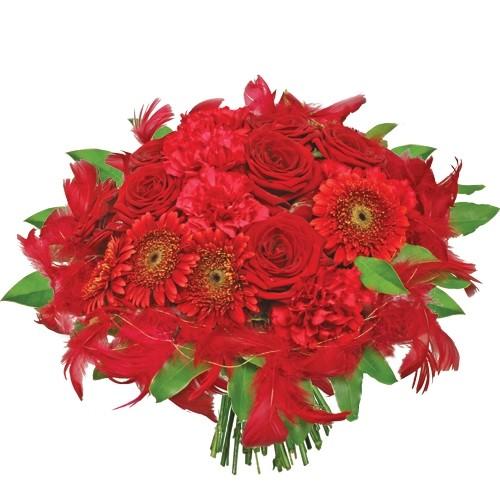 bukiet płomienne uczucie, czerwone róże, goździki, czerwone pióra i zieleń dekoracyjna