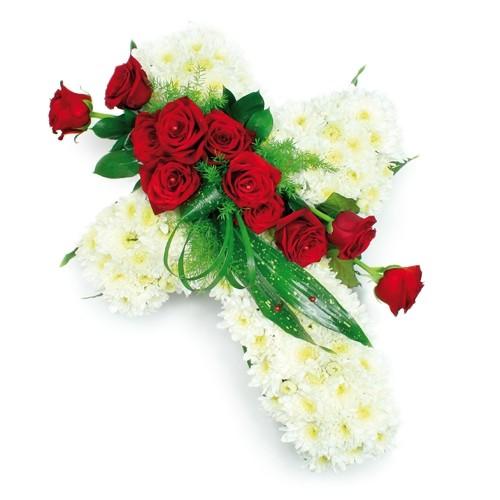 wiązanka spoczywaj w pokoju, wiązanka pogrzebowa z różami zielenią dekoracyjną i białymi margaretkami ułożonymi w kształt krzyża