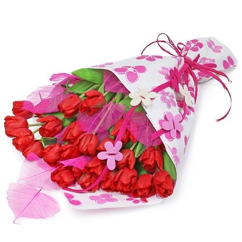 Bukiet miłosny pocałunek, bukiet czerwonych tulipanów z listkami preparowanymi przewiązane wstążką