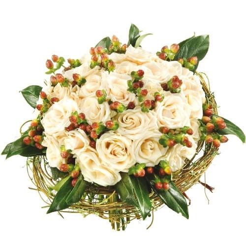 bukiet w kryzie, białe róże, hipericum i zieleń dekoracyjna