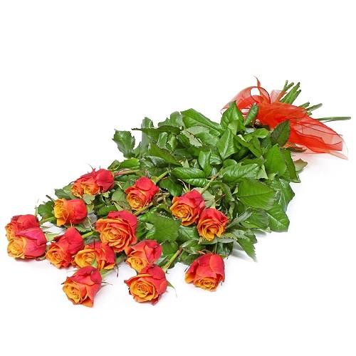 Bukiet herbacianych róż, bukiet z róż ułożonych stopniowo, leżący bukiet herbacianych kwiatów