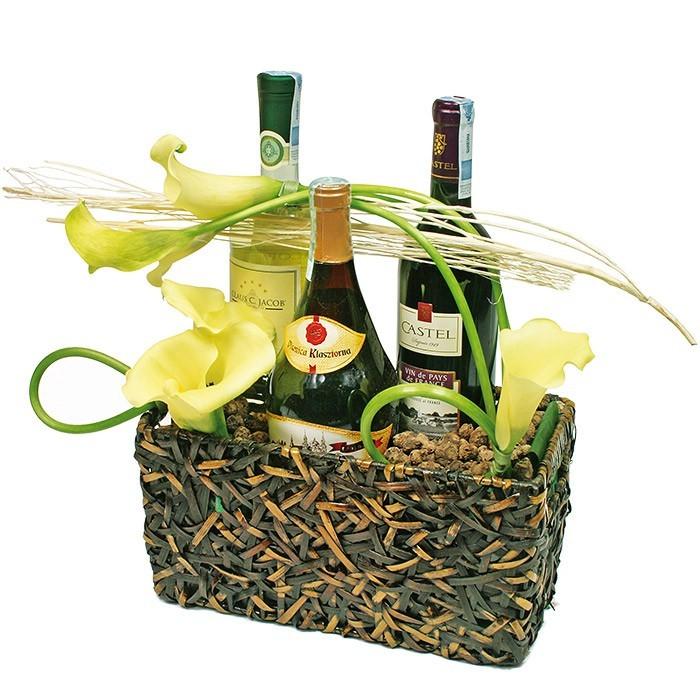 kompozycja dostojny koszyk, dwa wina, wino białe, wino czerwone, butelka szampana, kwiaty calla