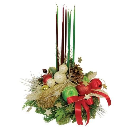 kompozycja świąteczna, świece, jabłka i jodła w porcelanowej podstawce