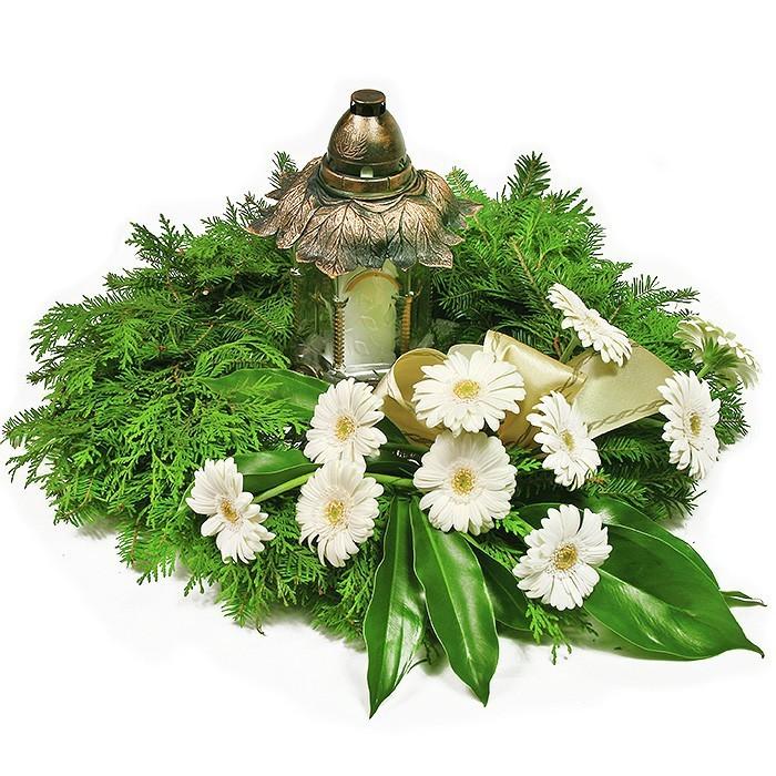 kwiaty memento mori, kwiaty żałobne, kwiaty pogrzebowe, wianek z jodły i liści z białymi gerberami i zniczem po środku