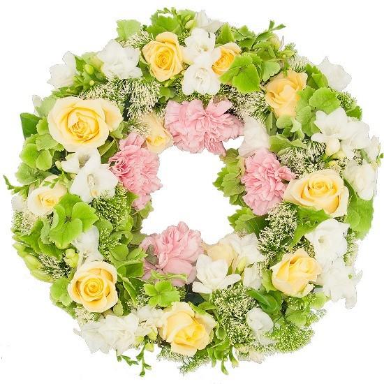 Wieniec z frezji, goździków, hortensji, róż kremowych, trachelium, Wieniec Perłowy wieniec na pogrzeb