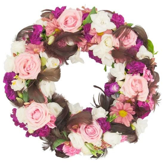 Wieniec Zaranny, wieniec z róż różowych, eustom, frezji, margaretek, goździków, piór, zieleni dekoracyjnej, wieniec pogrzebowy