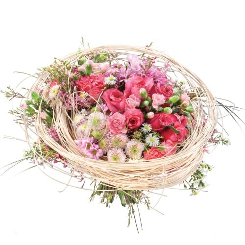 różowa kompozycja kwiatów, róże, santini, goździki mini, aster gałązkowy, limonium, rattan, bukiet kwiatów