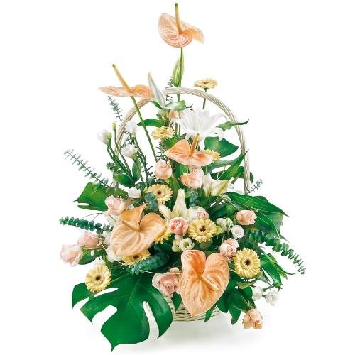 kompozycja pastelowa, kompozycja kwiatów, kwiaty w wiklinowym koszyku, anturium, lilie, eustoma, róże, gerbery, frezje, zieleń dekoracyjna