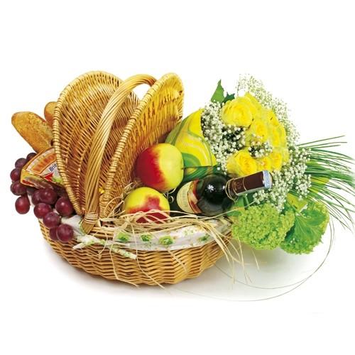 kosz piknikowy, bukiet 12 żółtych róż z gipsówką oraz wino czerwone, ser pleśniowy, jabłka, winogrona i 2 bagietki w wiklinowym koszu