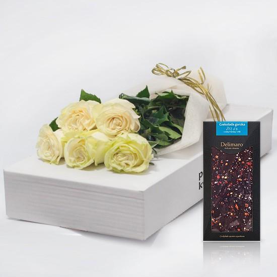 5 białych róż z czekoladą w kartonie
