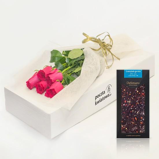 5 różowych róż z czekoladą w kartonie