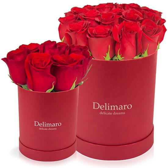 Czerwone róże w czerwonym pudełku