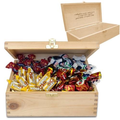 Grawerowana skrzyneczka z cukierkami, drewniana szkatułka z cukierkami, kukułki i wiśnie w czekoladzie