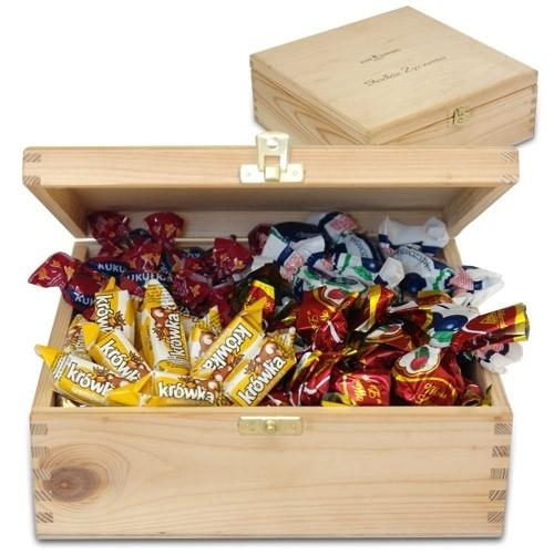 Elegancka skrzyneczka z cukierkami, śliwki w czekoladzie i krówki, cukierki w drewnianej szkatułce