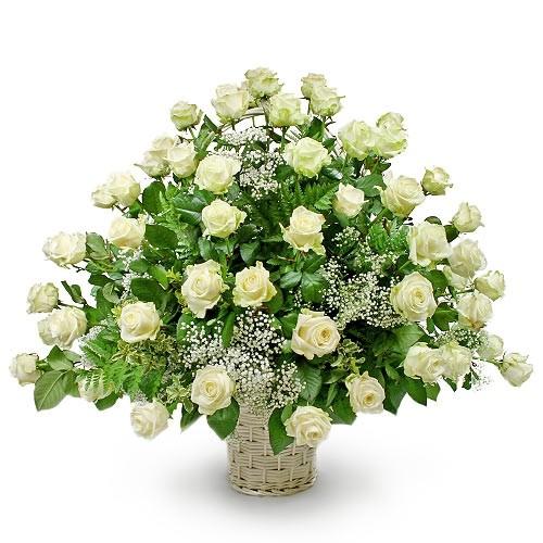 Kompozycja na ślub, ślubna kompozycja w koszu, białe róże z gipsówką i zielenią dekoracyjną w koszu