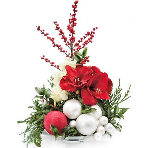 kompozycja kwiatów z amarylisami, ilex, róż i zieleni dekoracyjnej, białe bombki i świeca w naczyniu dekoracyjnym