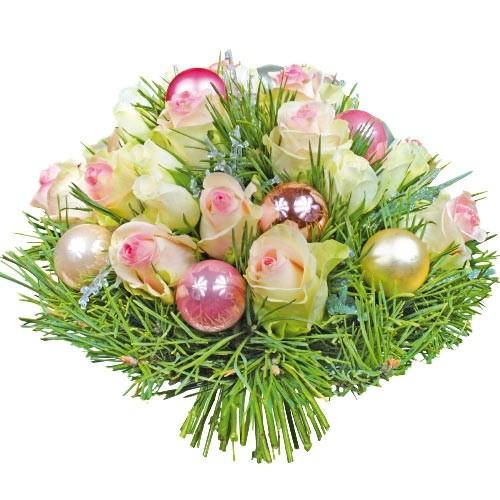 kompozycja białych róż z zielonymi gałązkami i sosną, bombki ozdobne, kompozycja pink
