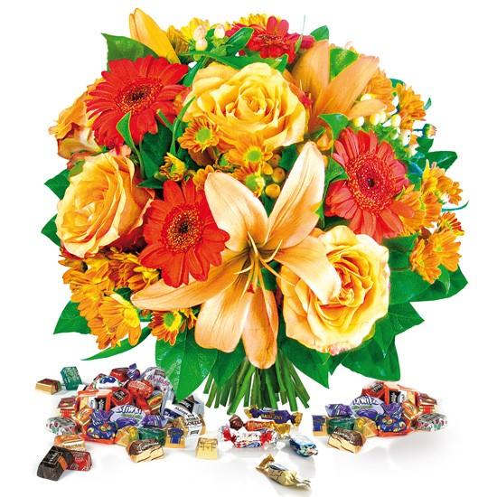 Bukiet na Halloween, pomarańczowe kwiaty z cukierkami, pomarańczowe lilie i róże w bukiecie