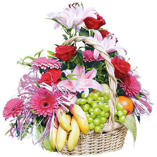 Kompozycja białych lilii, różowych gerber,czerwonych róż, różnych owoców w koszu, Kompozycja kwiatowa z owocami, kwiaty z owocami