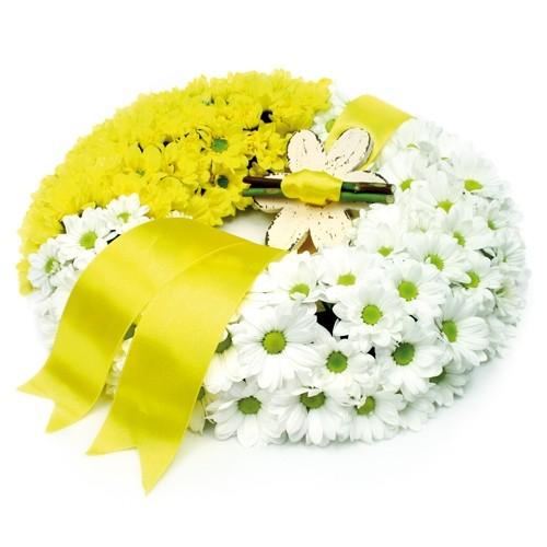 wianek na zawsze z nami, białe i żółte margaretki z żółtą wstążką, wianek pogrzebowy