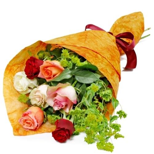 kwiaty promienny uśmiech, 7 kolorowych róż, griffithi, kwiaty w papierze z czerwoną wstążką