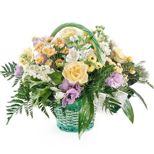 Kompozycja Czekam na Ciebie, bukiet żółtych róż,alstromeri, białej lewkoni i trachelium w koszu