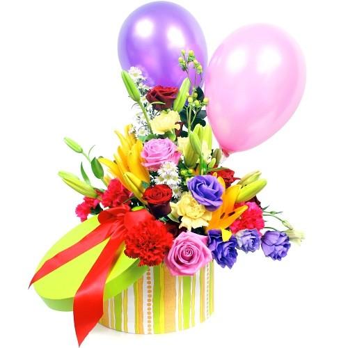 kompozycja balonik dla dziecka, róże, eustomy, astry, goździki, zieleń dekoracyjna i dwa balony w kolorowym pudełku