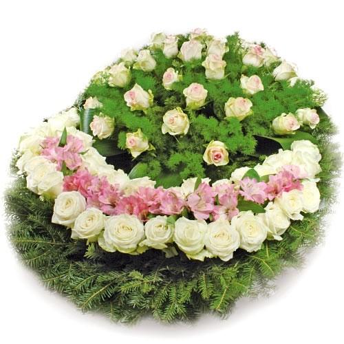 wieniec memories, wieniec żałobny z białymi różami, zielenią dekoracyjną i podkładem z igliwii