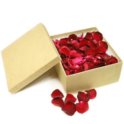 konfetti z płatków róż, płatki z 11 czerwonych róż w ozdobnym beżowym pudełku