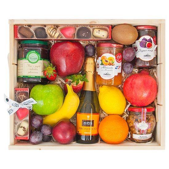 skrzynka obfitości, owoce, czekoladki i szampan w skrzynce, prezent z owocami
