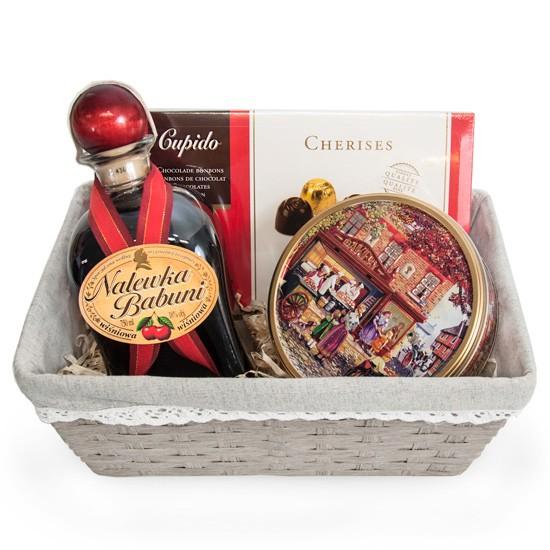 Wiśniowy prezent, koszyk wiklinowy z nalewką, ciastkami i czekoladkami, nalewka babuni w koszyku