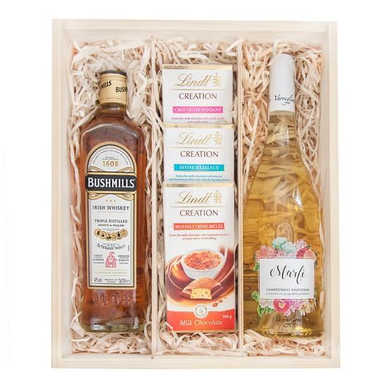 Skrzynka Młodej Pary, whiskey i wino z czekoladami w drewnianej skrzynce