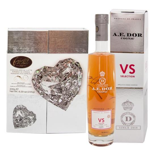 Zestaw Koniak A.E. DOR z czekoladkami Feletti, koniak w srebrnym pudełku i czekoladki w srebrnym opakowaniu z diamentowym sercem