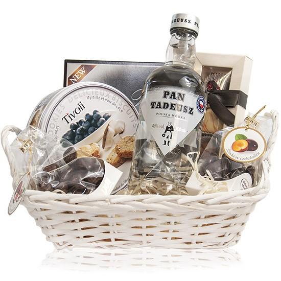 Zestaw Pana Tadeusza, koszyk wiklinowy z wódką i słodyczami na dzień ojca